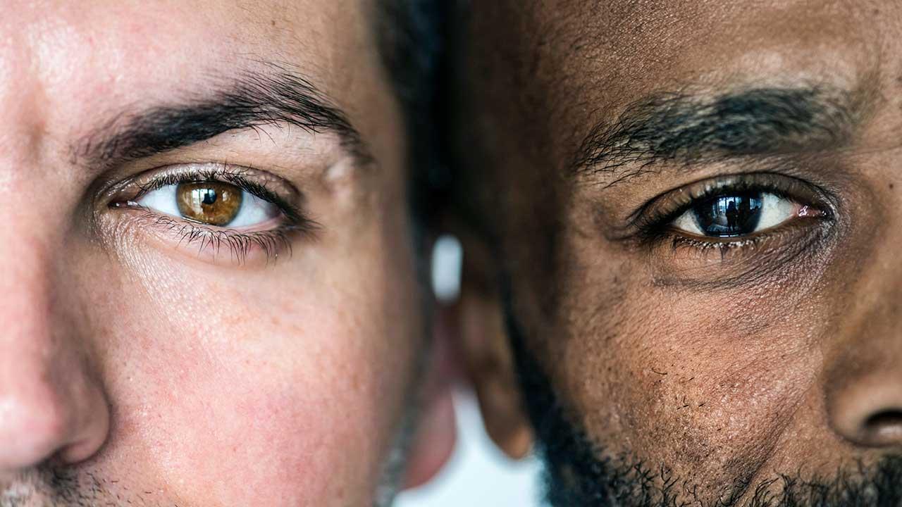 Nahaufnahme von zwei Männern mit unterschiedlicher Hautfarbe