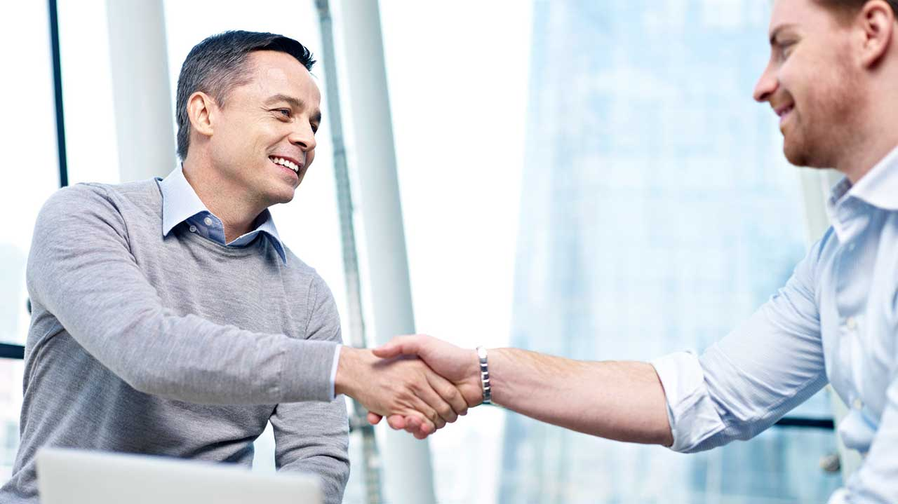 Zwei Männer schütteln sich dankbar die Hände