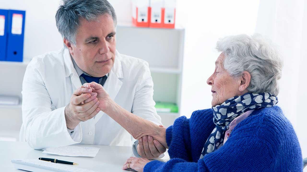 Arzt behandelt ältere Patientin | (c) 123rf