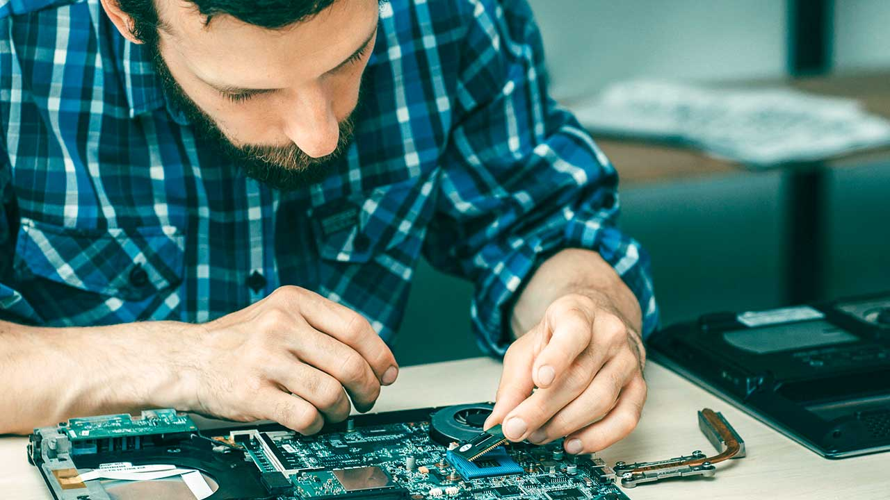 Reparatur eines Motherboards | (c) 123rf