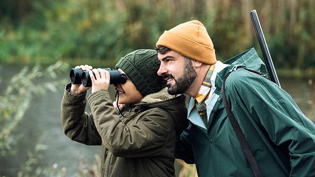 Sohn und Vater auf Jagd