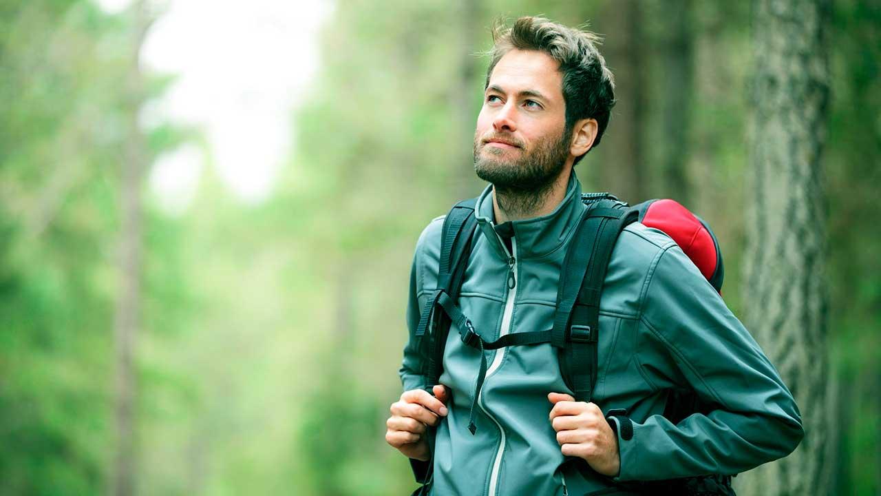 Mann unterwegs in einem Wald