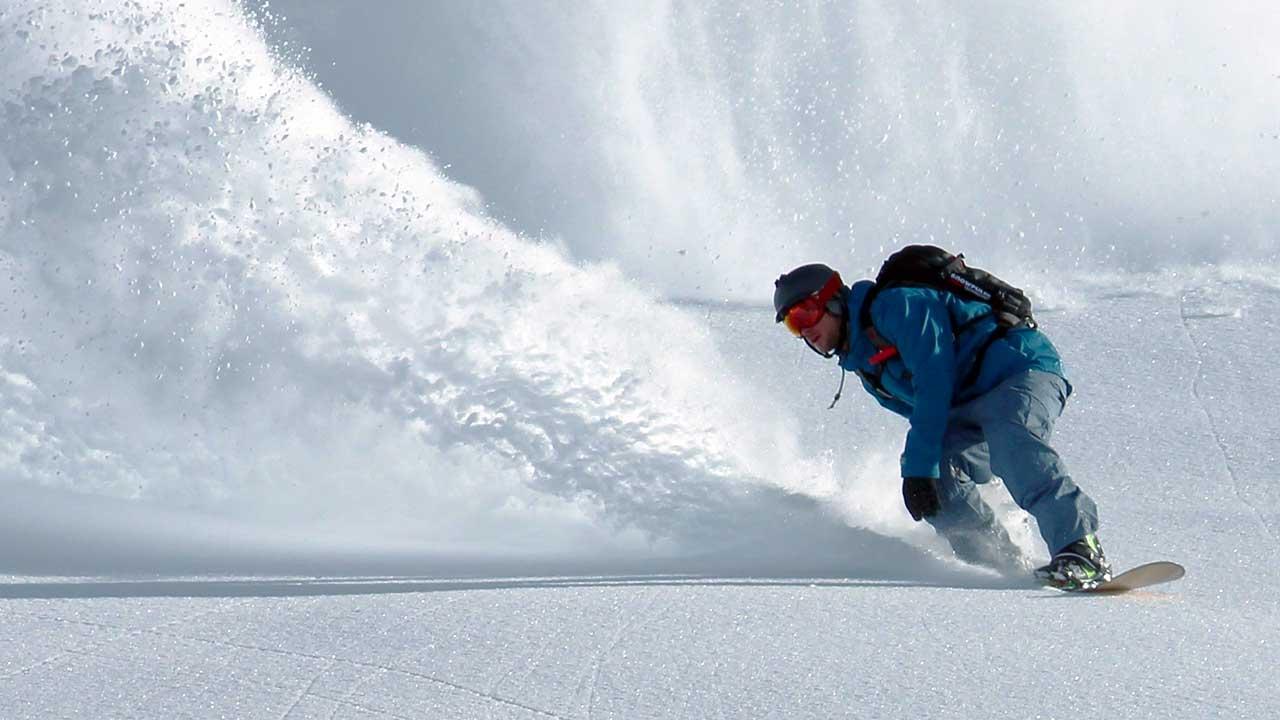 Mann bewegt sich mit Volldampf durch den Schnee | (c) Johannes Waibel/Unsplash