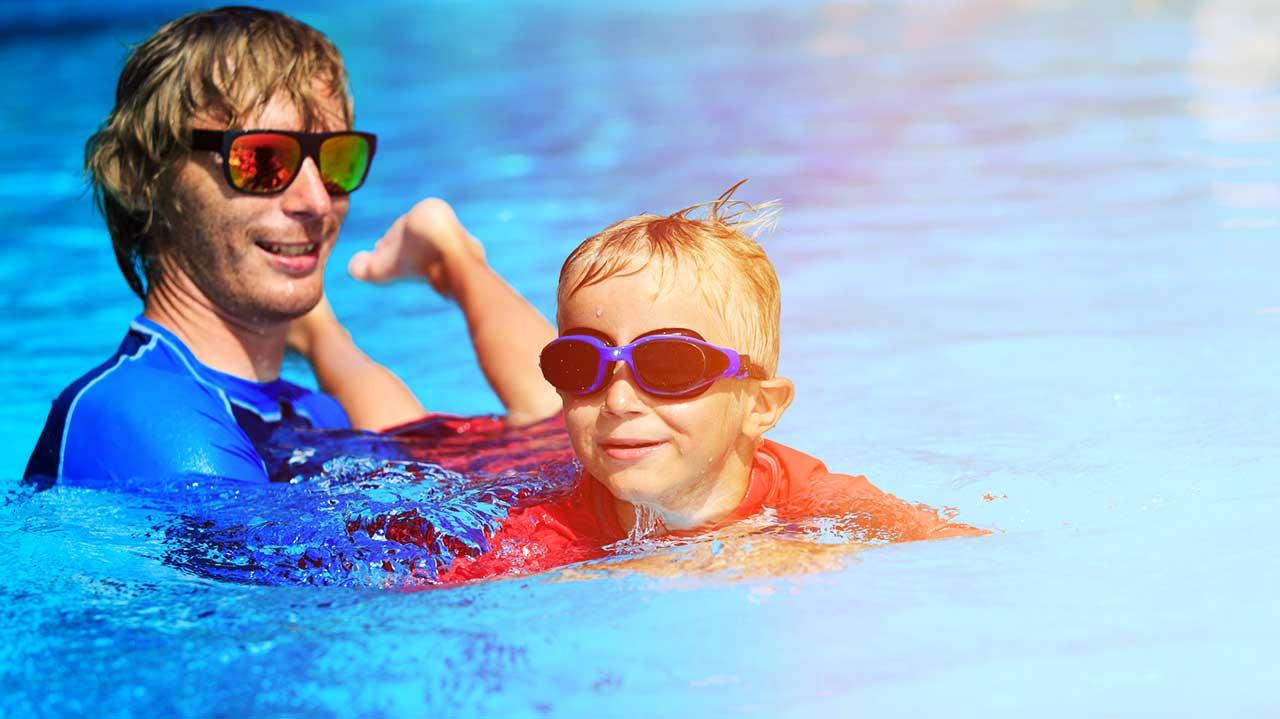 Vater bringt seinem Sohn das Schwimmen bei