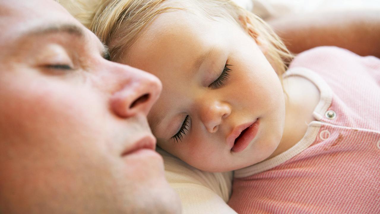 Vater und Tochter schlafen in Ruhe