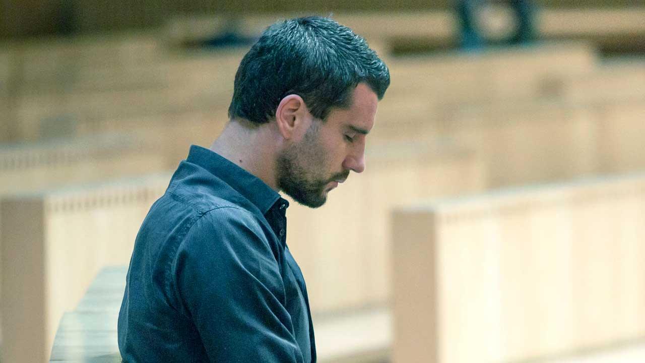 Mann versunken in Gebet