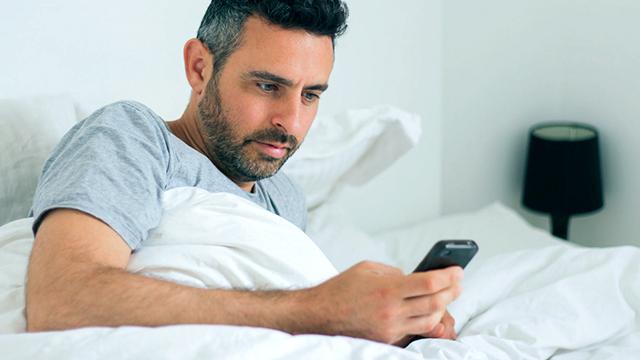 Smartphone benutzen vor dem Schlafengehen