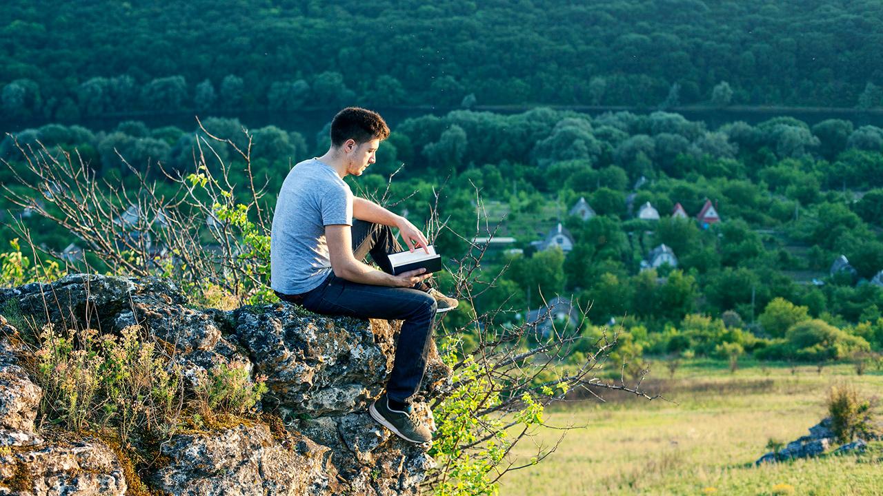 Lesen in der landschaftlichen Stille