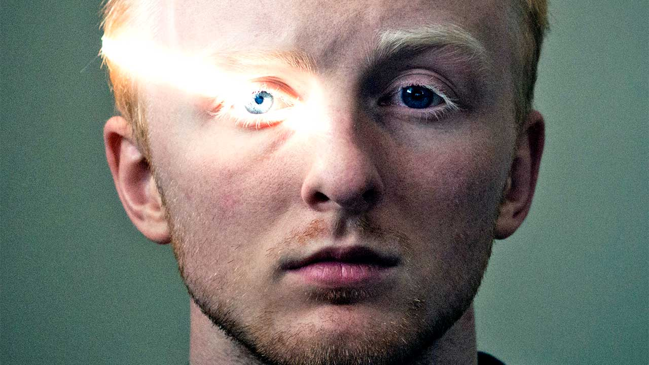 Lichtstrahl über dem Auge eines jungen Mannes
