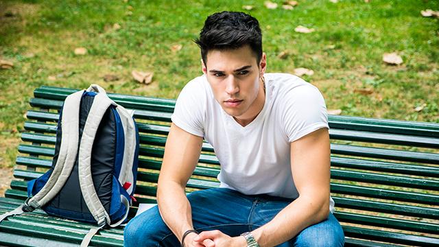 Ein junger Mannn ringt mit der Entscheidung