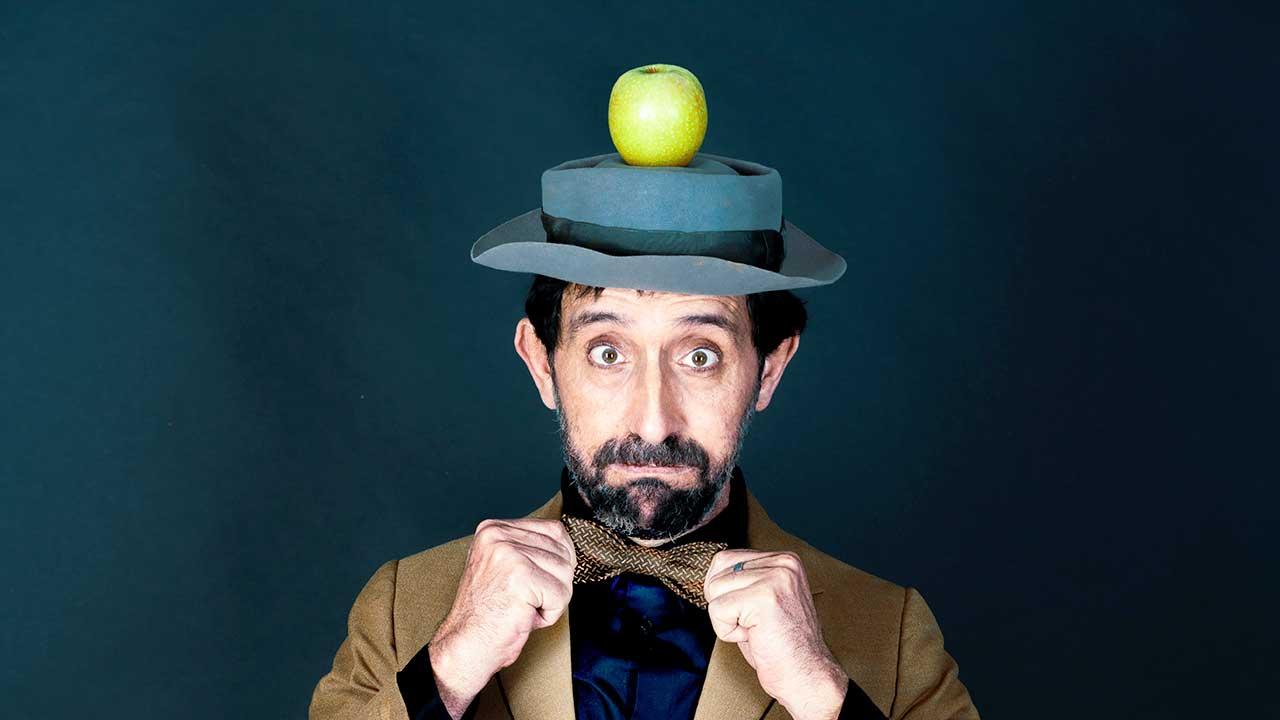 Mann mit einem Apfel auf seinem Hut
