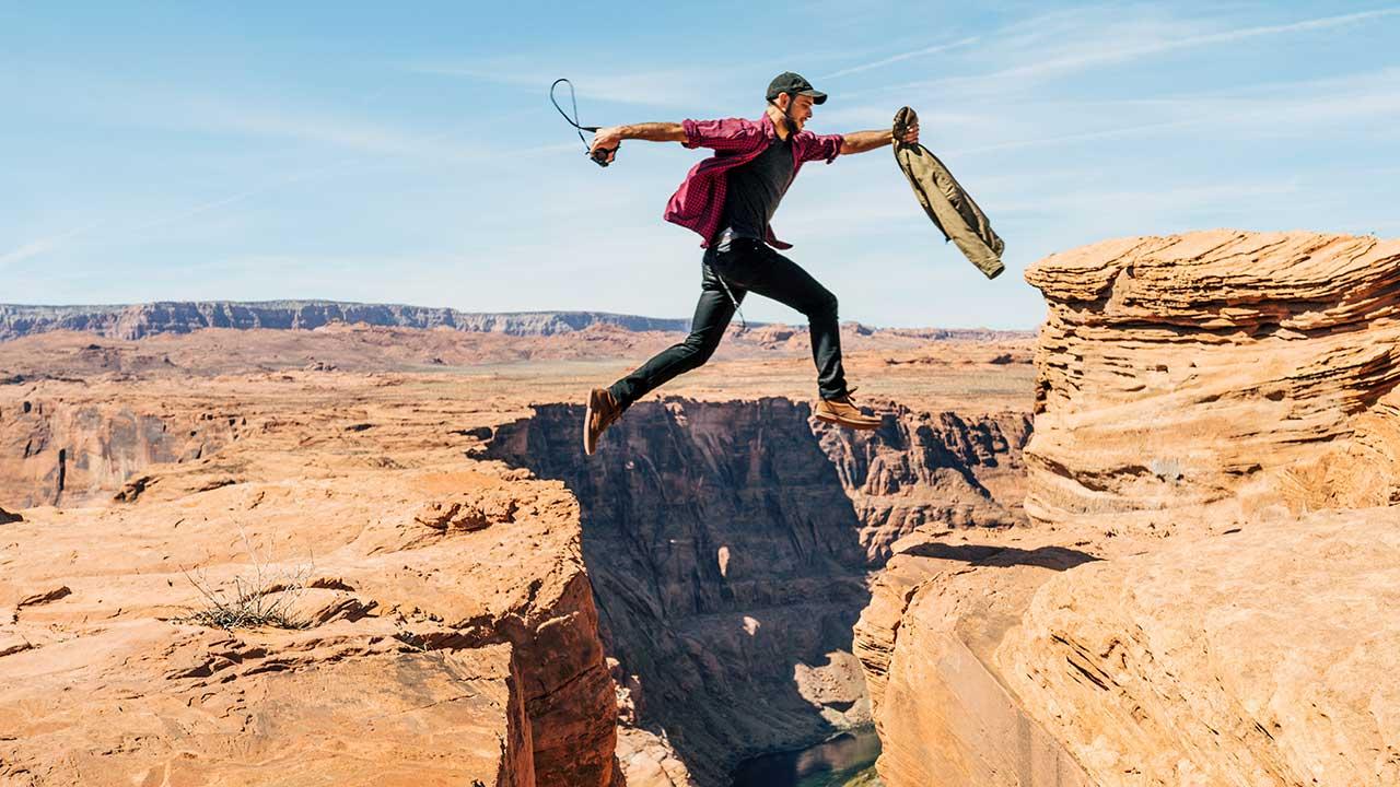 Mann spricht über schmalen Canyon
