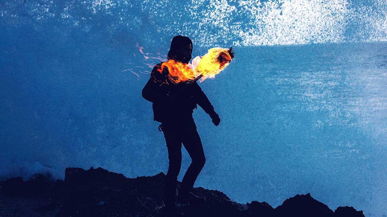 Mann in Marokko ist mit brennender Fackel unterwegs