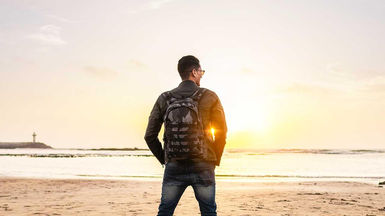 Mann steht am Strand in Marokko