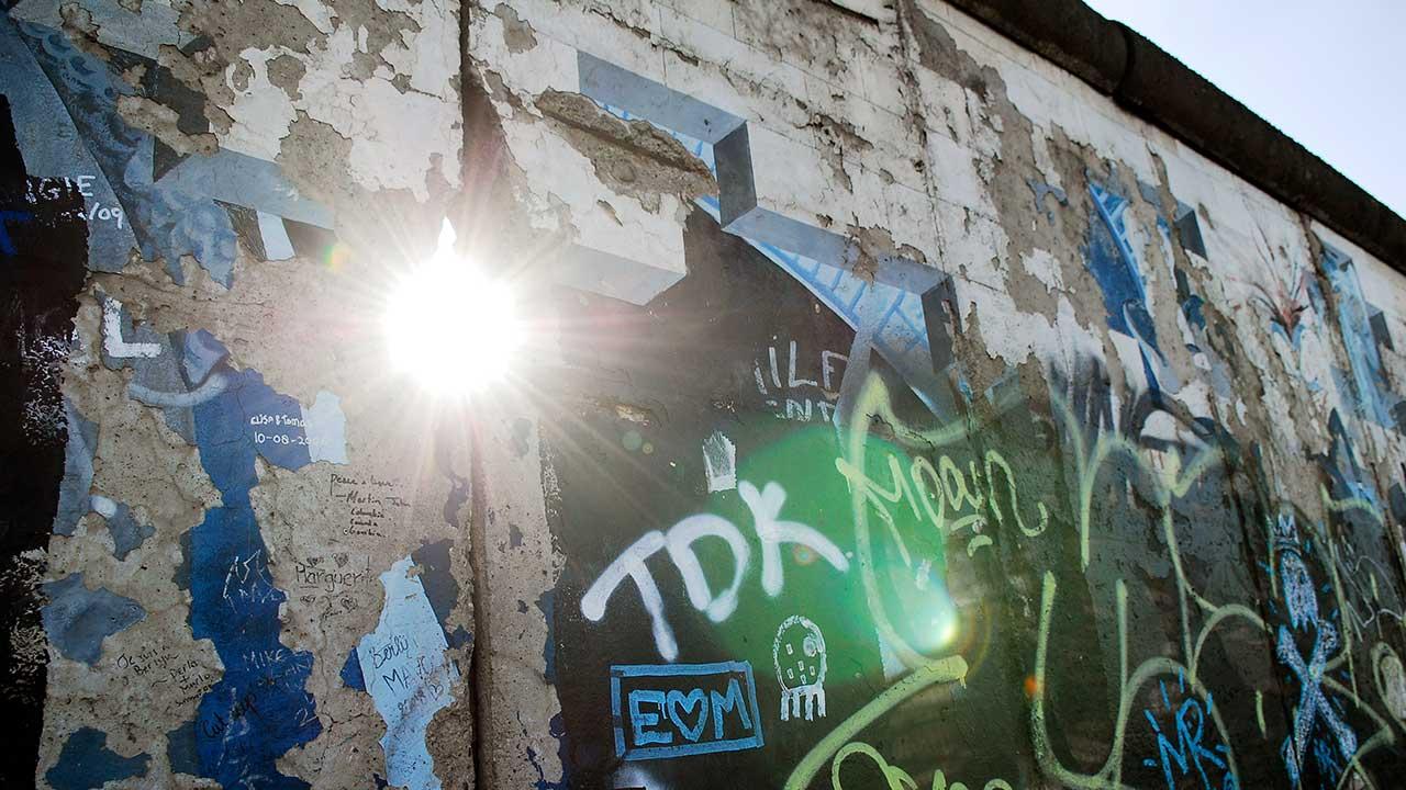 Sonnenlicht scheint durch die Mauer