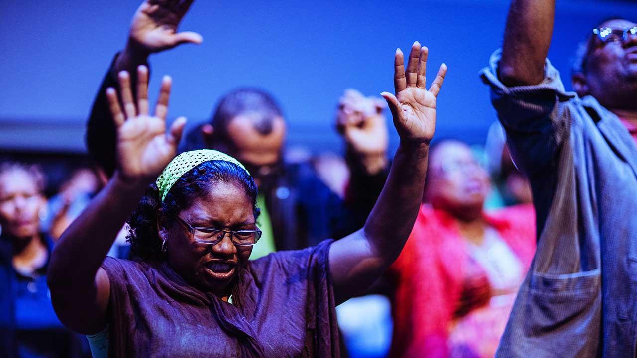 Menschen beten während eines Gottesdienstes