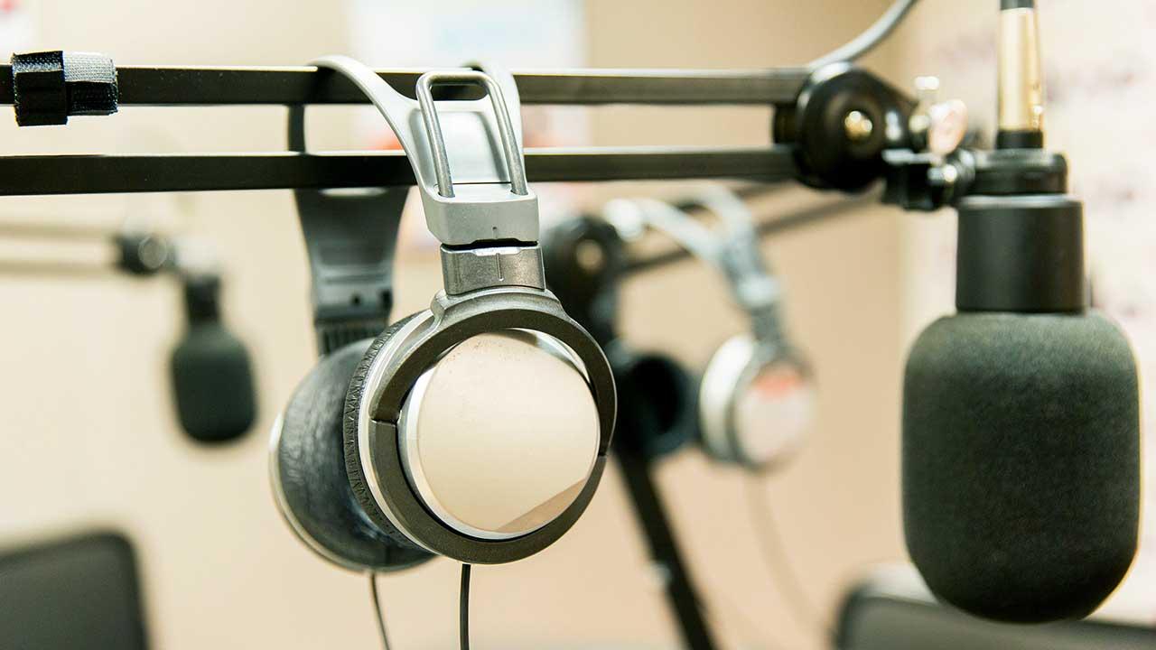 Mikrofone und Kopfhörer: Arbeitsgeräte des Radiojournalismus