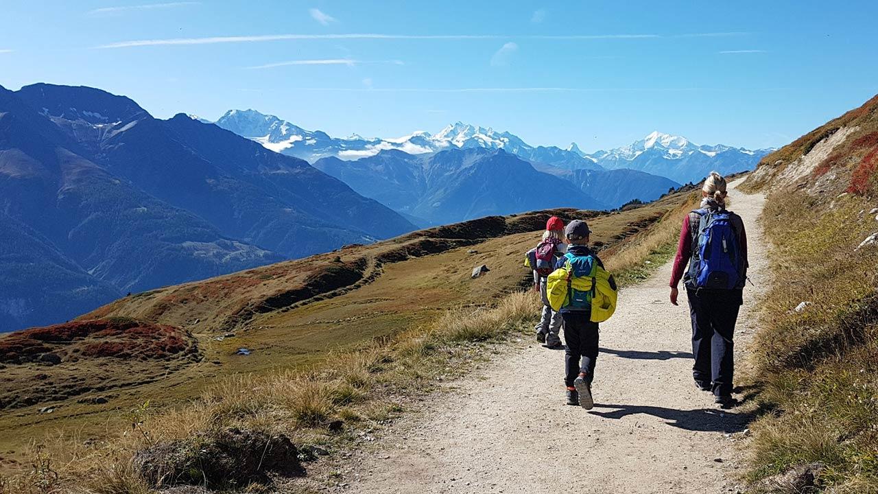 Mit Kindern auf einer Wanderung unterwegs | (c) kids tour