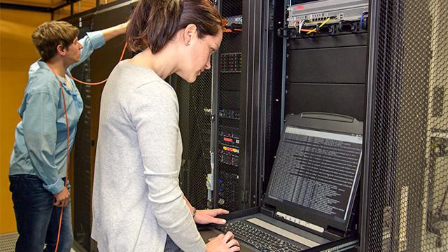 Mitarbeiter im Serverraum