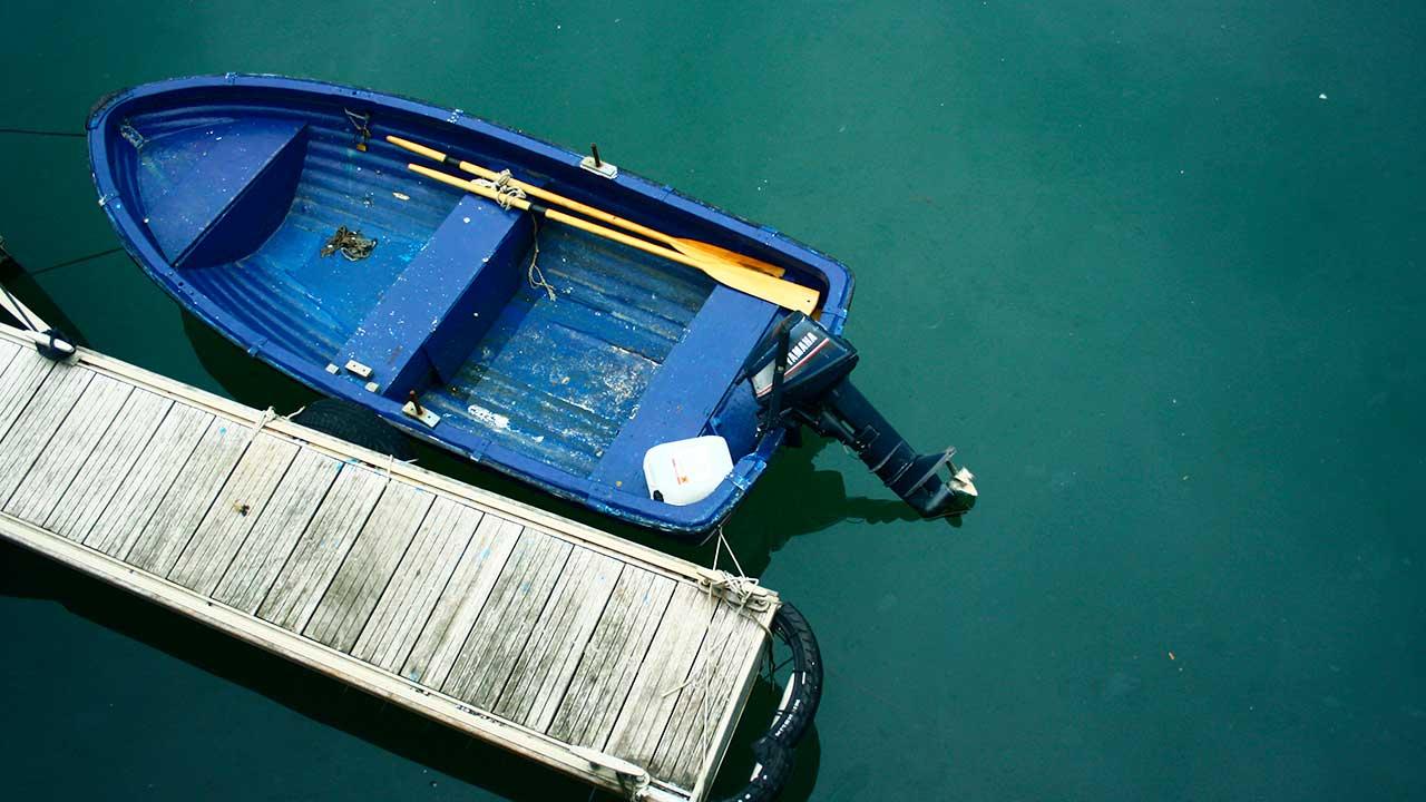 Boot an einem Steg aus der Vogelperspektive
