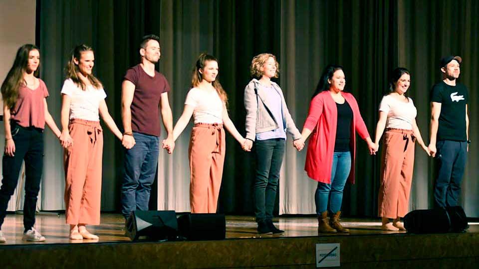 DarstellerInnen des Musicals «Küstenpfade» nach der Aufführung