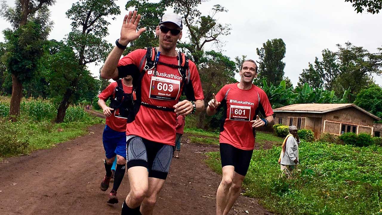 Läufer des Muskathlons unterwegs in Afrika