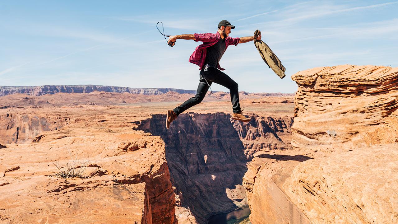 Mann springt mutig | (c) unsplash, Alex Radelich