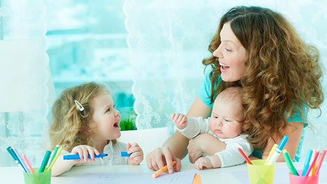 Mutter und ihre Kinder haben Spass