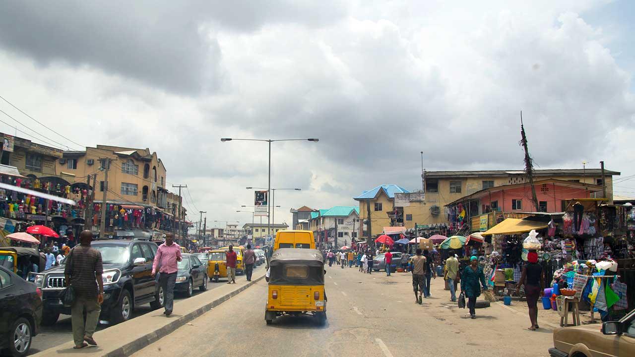 Strassenszene in Lagos, Nigeria | (c) 123rf