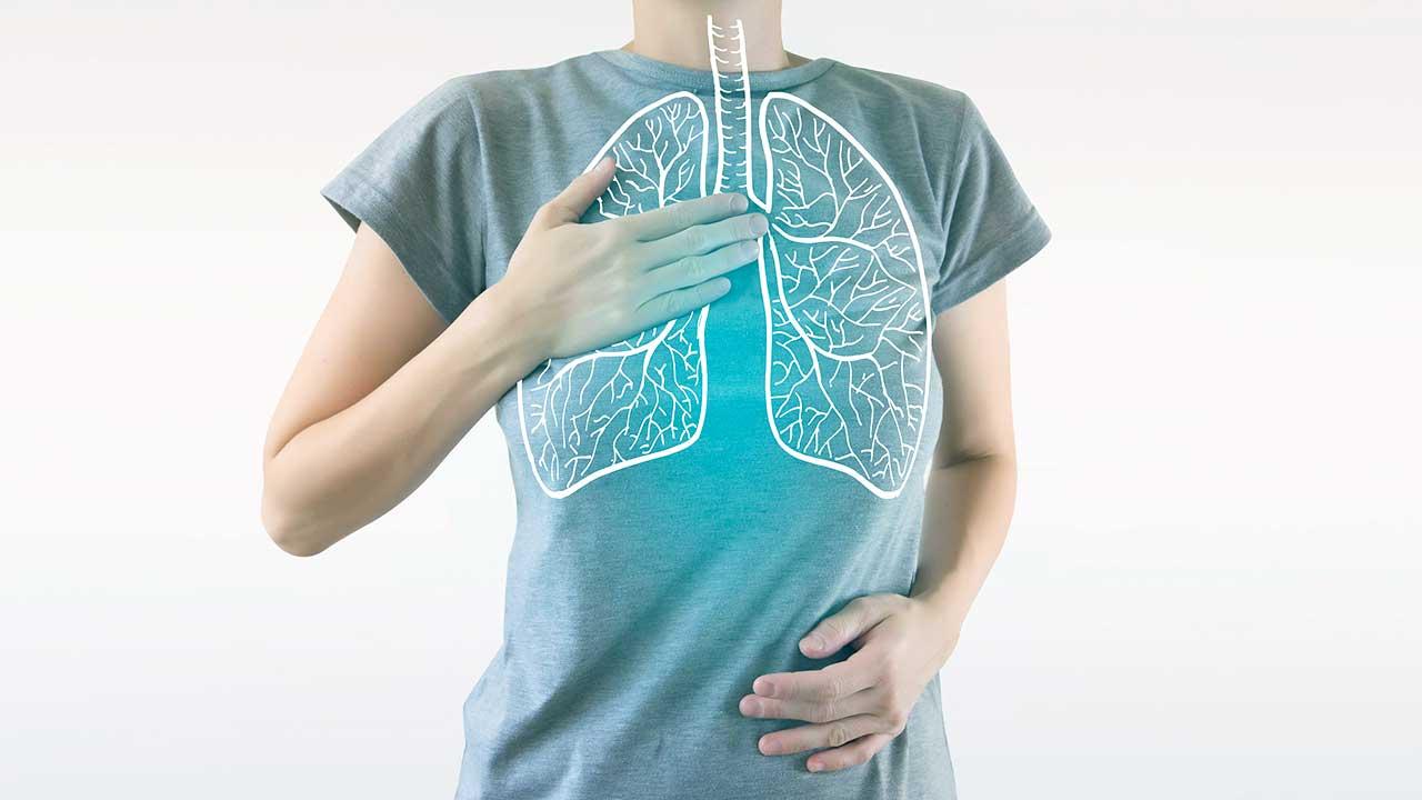 Eingezeichnete Lunge auf einem Frauenkörper
