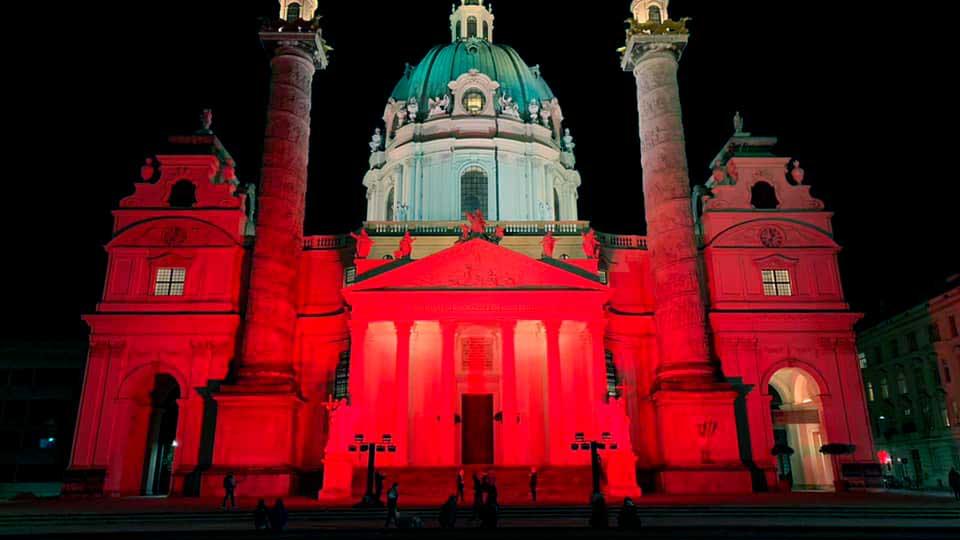 rot beleuchtetes Gebäude in Österreich am «Red Wednesday»