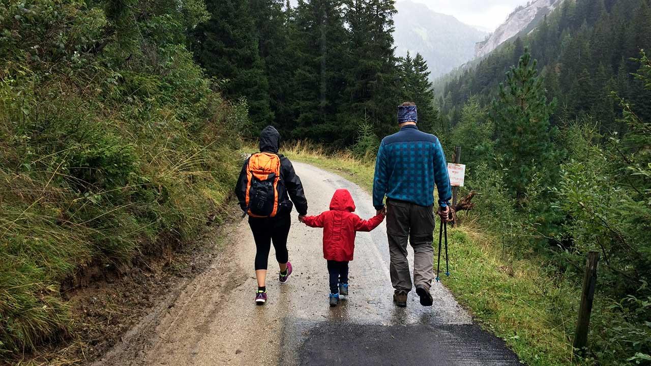 Eltern mit Kind auf einer Wanderung im Riedingtal Naturpark in Österreich