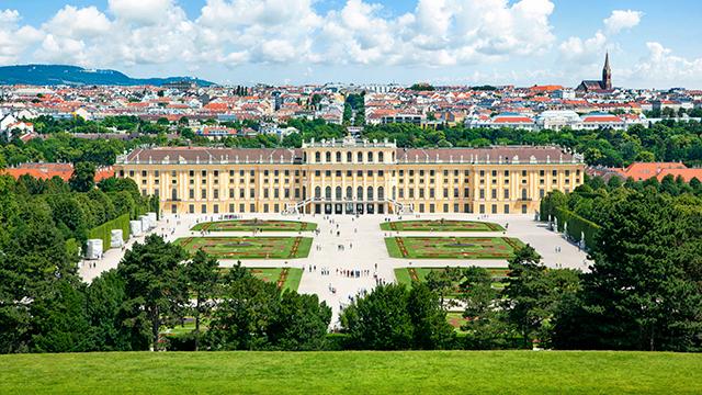 Schloss Schönbrunn mit Wien im Hintergrund