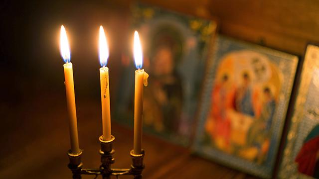 Kerzen mit Ikonenbildern