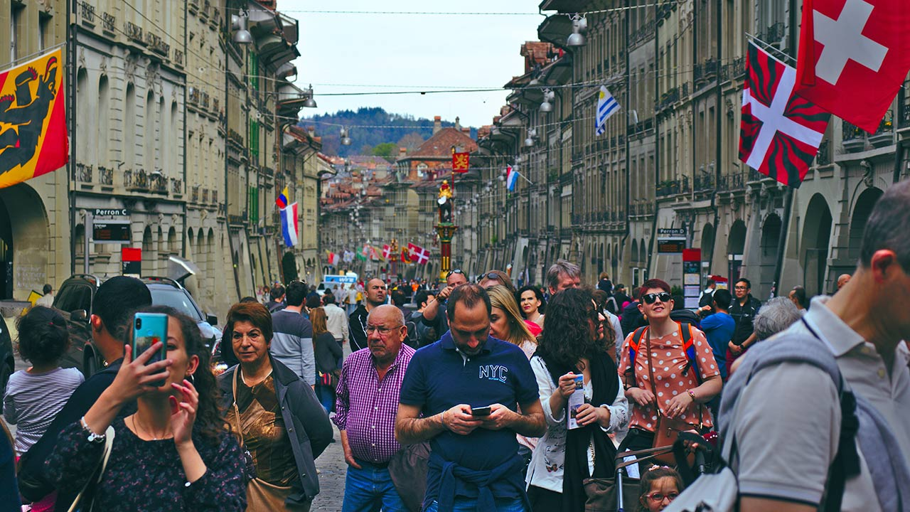 Eine grosse Gruppe von Menschen in der Stadt Bern.