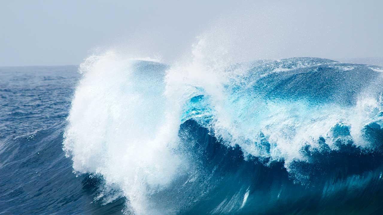 Wucht und Wildheit von Ozeanwellen