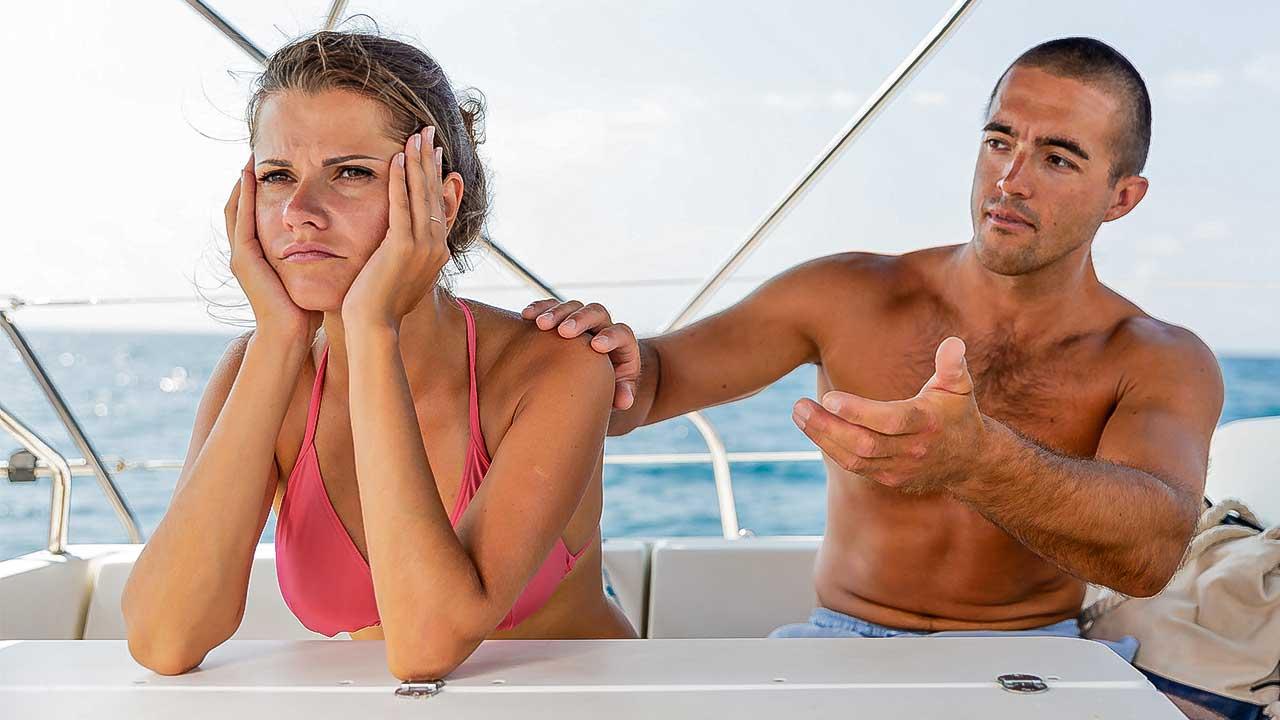 Ein Paar befindet sich auf einem Schiff und hat einen Konflikt