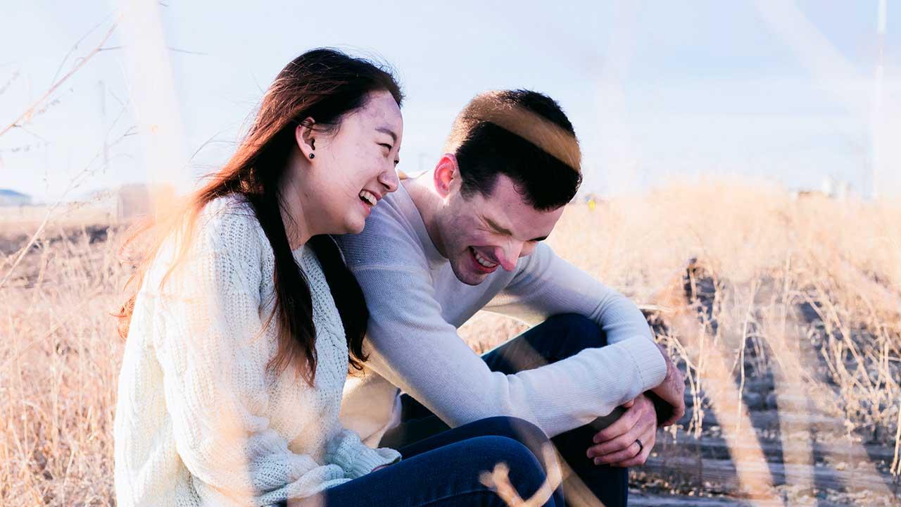 Zusammen lachen macht Freude | (c) Priscilla Du Preez/Unsplash