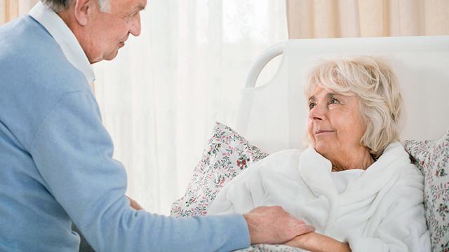 Mann nimmt sich Zeit für seine kranke Frau