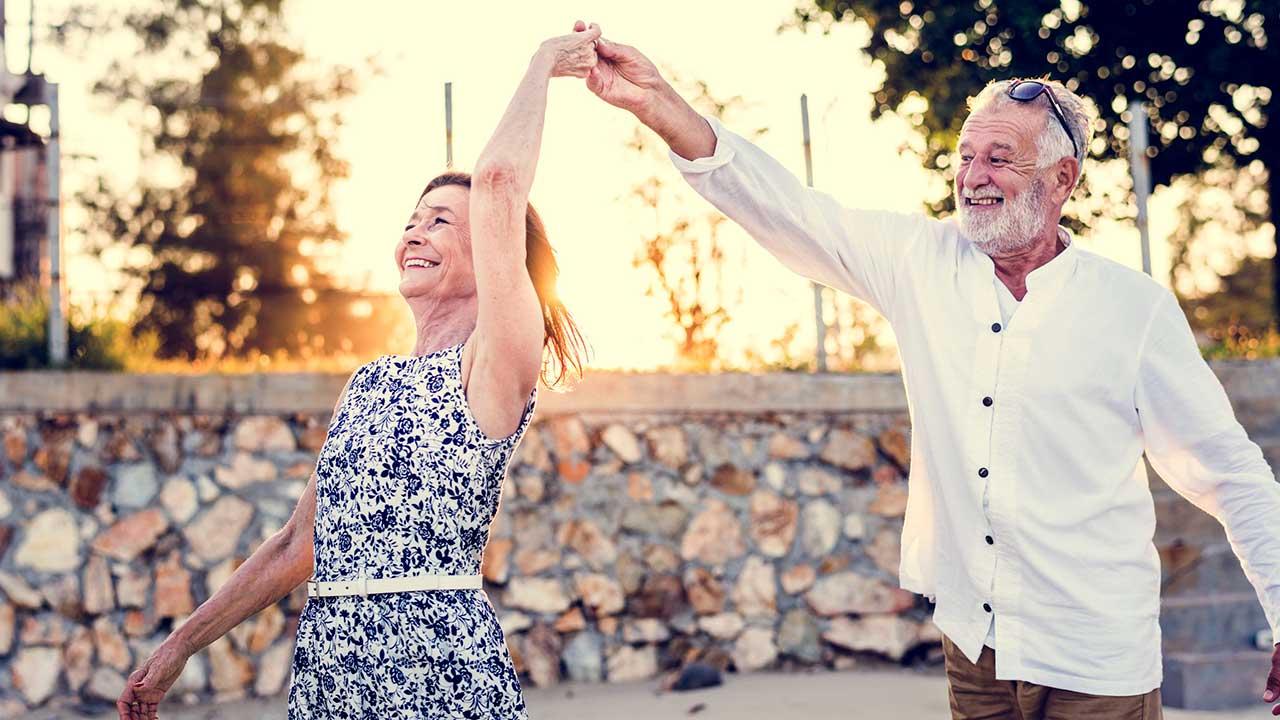 Seniorenpaar tanzt zusammen