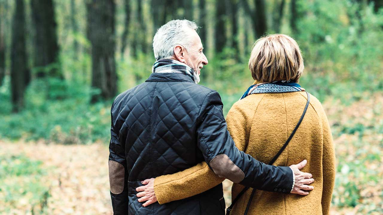 Seniorenpaar geniesst Zweisamkeit im Wald   (c) 123rf