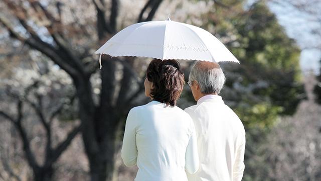 Seniorenpaar geschützt unterwegs