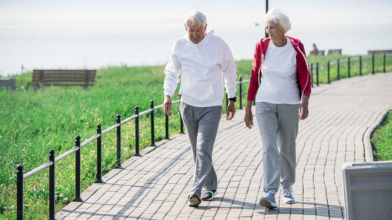 Seniorenpaar aktiv unterwegs