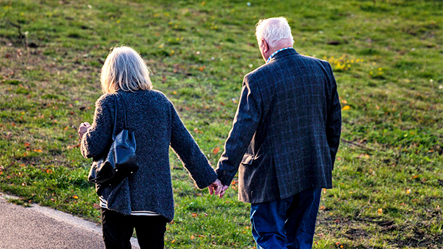 Seniorenpaar unterwegs