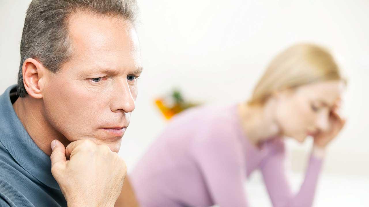 Paar im Streit sitzt distanziert und frustriert da