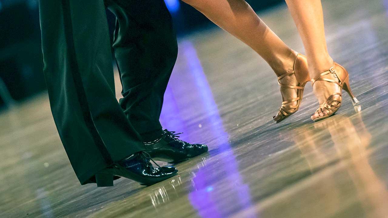 Tanzende Füsse eines Paares