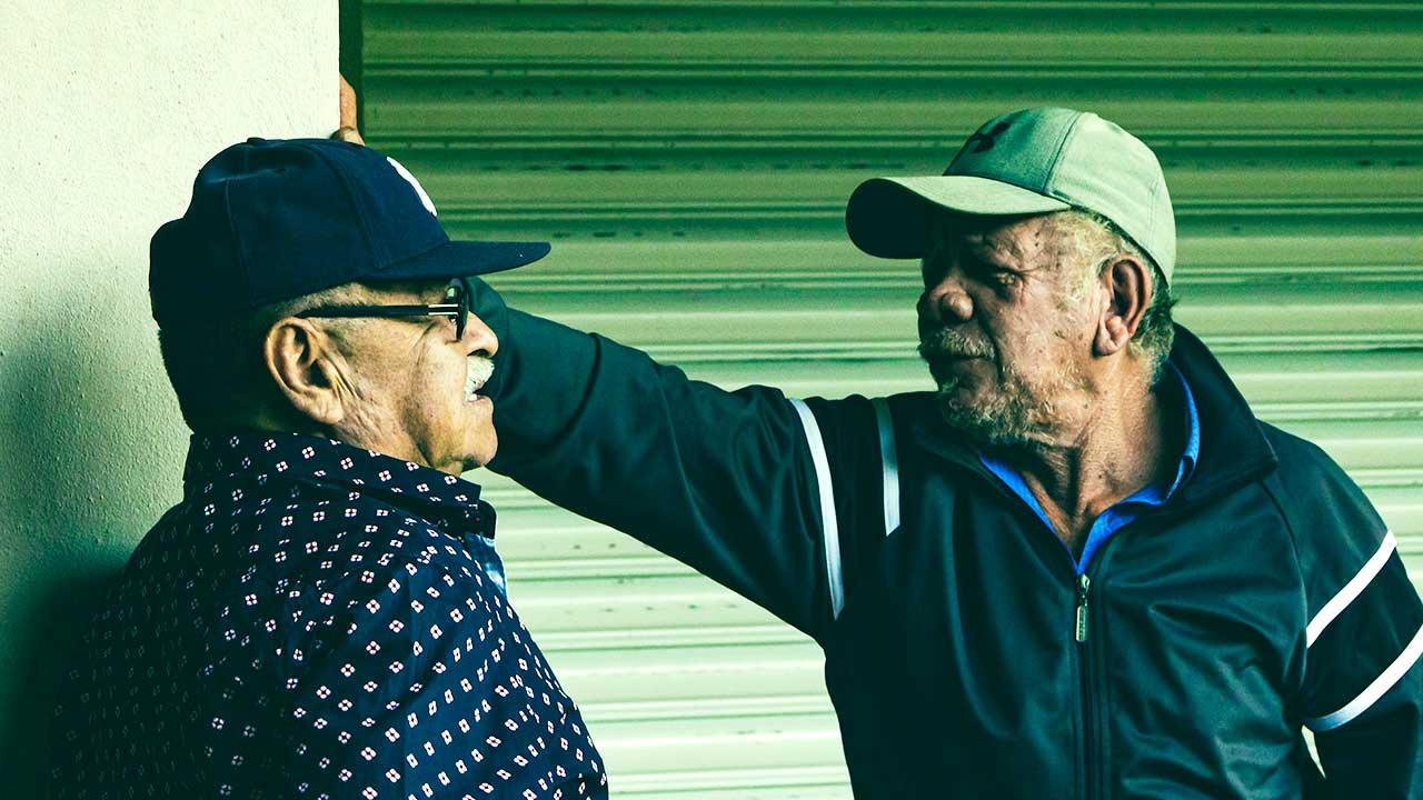 Zwei ältere Männer in Panama in einer Diskussion