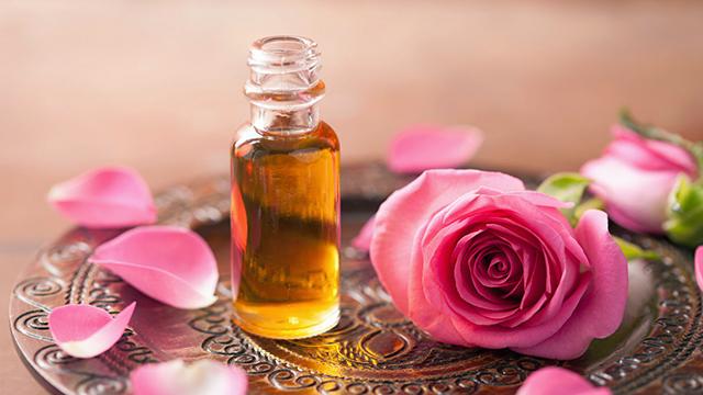 Parfüm und Rosenblaetter