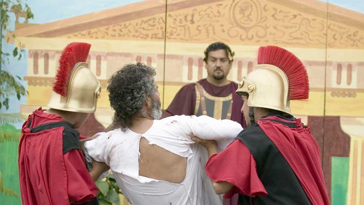Nachstellung der Passionsgeschichte: Jesus mit zwei Soldaten vor Pontius Pilatus