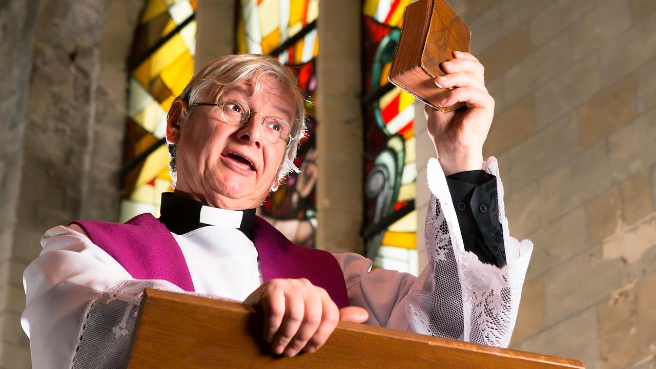 Pfarrer während der Predigt